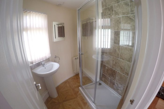 Single roundhouse shower room